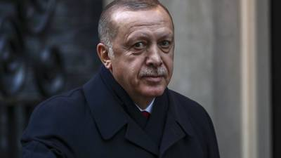 Erdogan se deleita con el caos mientras la lira sufre
