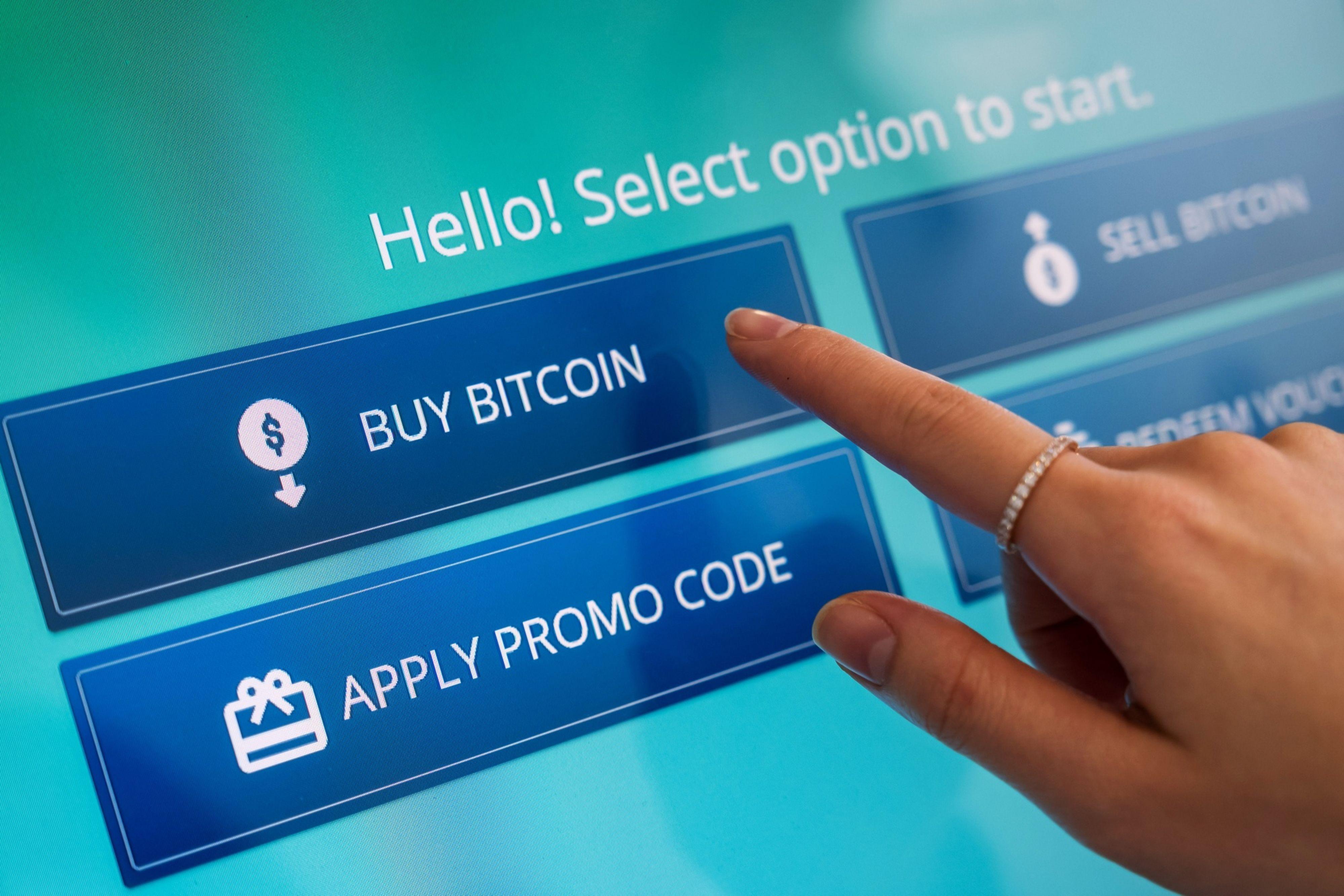 """Un trabajador selecciona la opción """"Comprar bitcoin"""" en una máquina automatizada (ATM) de criptomonedas, duante una demonstración en el Intercambio de Activos Digitales de Hong Kong, china, el jueves 24 de junio, 2021. Intercambio de Activos Digitales de Hong Kong es una plataforma de criptomonedas y es el primero en combinar intercambio en línea y físico en Hong Kong.  Fotógrafo: Paul Yeung/Bloomberg"""