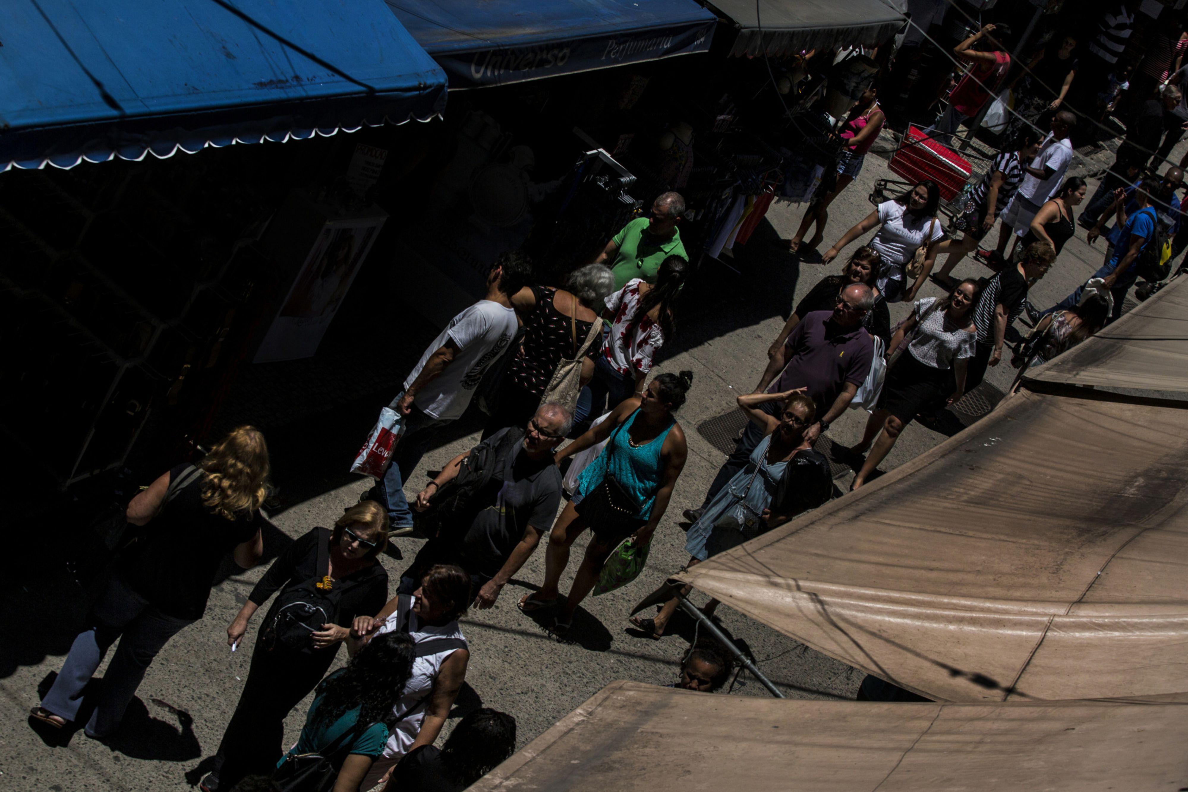 Personas caminan en un mercado en Río de Janeiro.