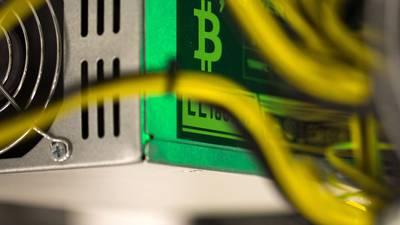 Bitcoin despenca em dia de selloff global