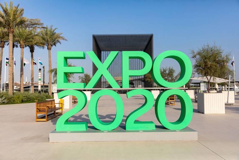 """Un cartel de """"Expo 2020″ en la entrada del recinto ferial de Dubai, Emiratos Árabes Unidos, el martes 28 de septiembre de 2021. La ciudad se abre a los visitantes para la Exposición Universal a partir del próximo mes (del 1 de octubre al 31 de marzo) y espera que el evento atraiga 25 millones de visitas, tanto virtuales como presenciales."""