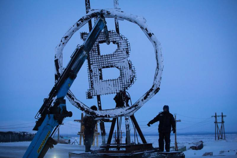 Una escultura de bitcoin en Rusia.